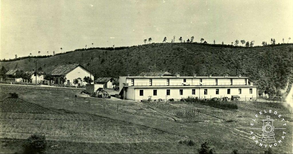 Az előtérben az 1932-ben épült Görbehalom-telep 19. szám alatti, modern nyugdíjas sorház.
