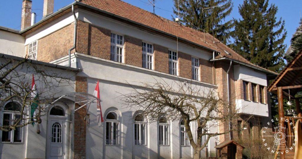 Az 1928-ban épült óvoda és paplak Brennbergbánya főterén
