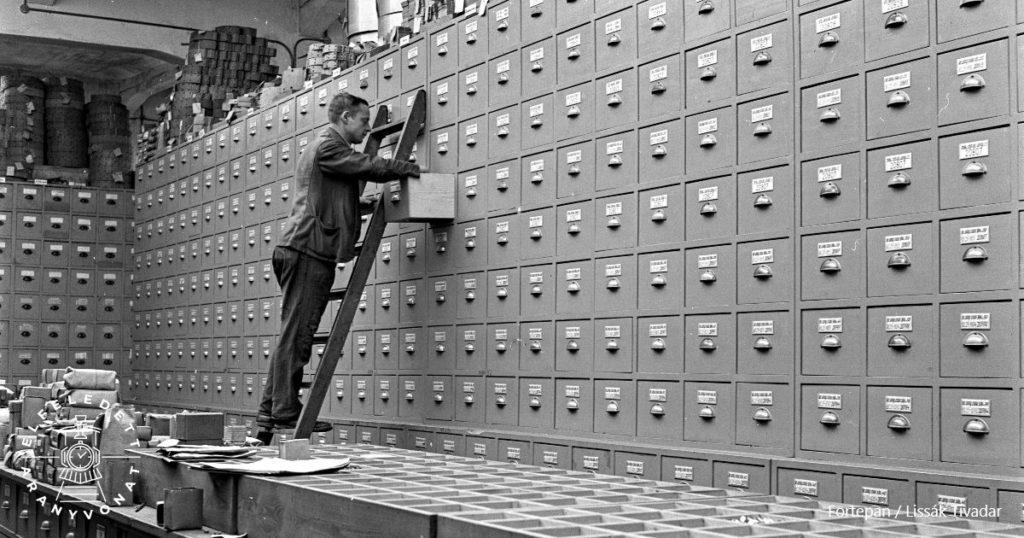 Iratszekrényben kutató férfi 1943-ban