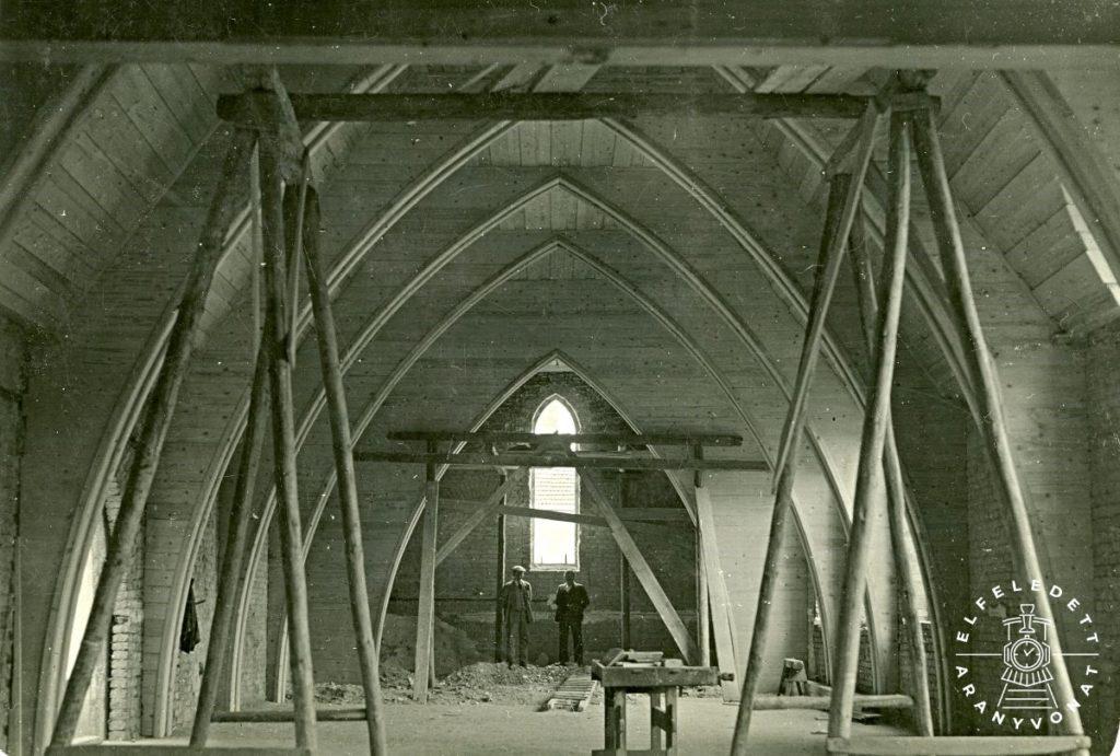 A templom belső tere építés közben, a csúcsíves kialakítású fa ácsolatokkal