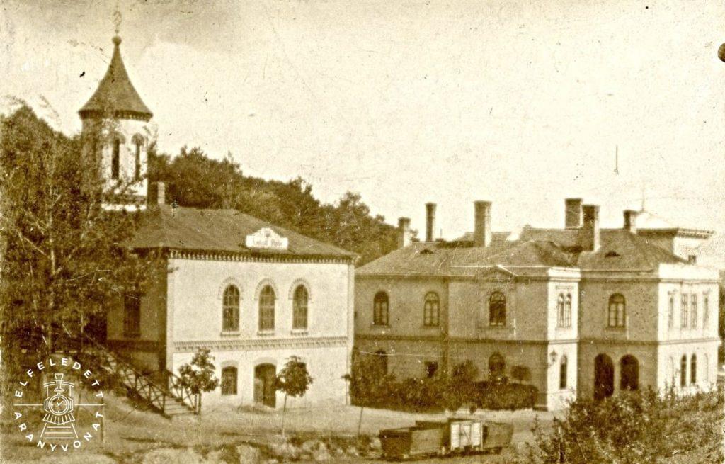 """A kép jobb oldalán a bányaigazgatóság irodaépülete, bal oldalon az """"Anstalt Stube"""" feliratú intézet, 1890 körül"""